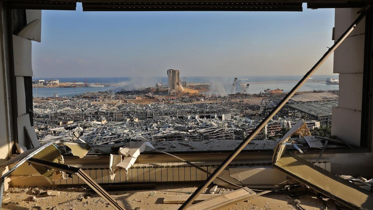 Une vue depuis un immeuble au lendemain des explosions qui se sont produites sur le port de Beyrouth au Liban.